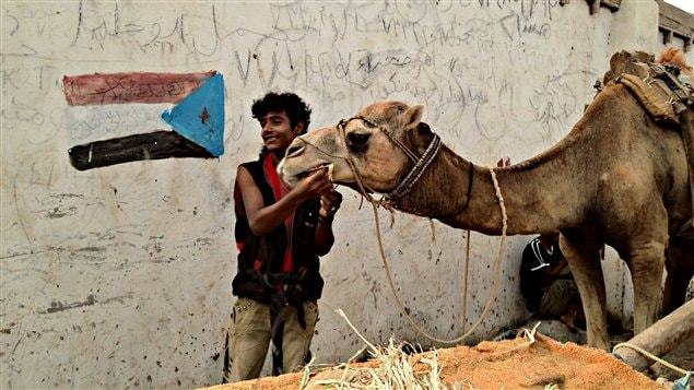 À Aden, ville principale du Sud, l'ancien drapeau flotte toujours et rappelle un important mouvement séparatiste parfois violent, malgré l'unification du pays en 1990.