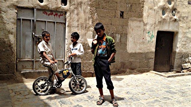 Des enfants dans une rue de la vieille ville de Sanaa, un site protégé de l'UNESCO.