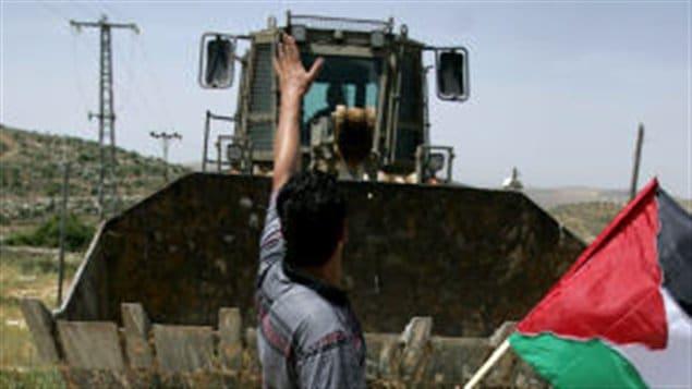 Un Palestinien s'oppose à l'expansion d'une colonie à Yad Yair, près de Ramallah, en Cisjordanie.