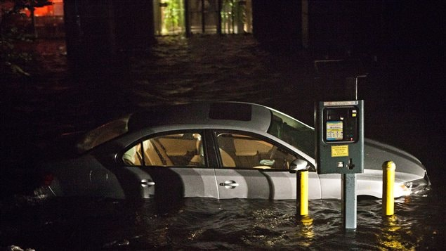 Une voiture inondée dans le Financial District de New York, lors du passage de la tempête Sandy, le 29 octobre 2012