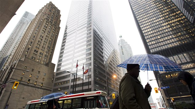 Un Torontois dans le district financier de Toronto.