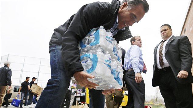 Mitt Romney a participé mardi à la collecte de dons pour les sinitrés de l'ouragan Sandy à Kettering, en Ohio.