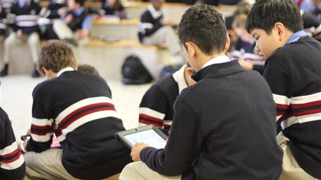 La tablette électronique est de plus en plus populaire dans les écoles.