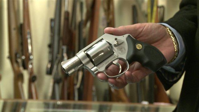 Le nouveau pistolet du Gunsmoke, un « cadeau » de Noël