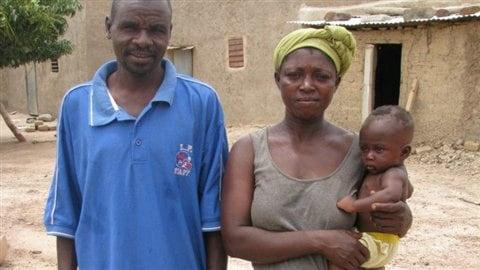 Famille Palemnaba avec le dernier-né. Le couple a huit enfants et vit à Poa, une commune rurale du Burkina Faso.
