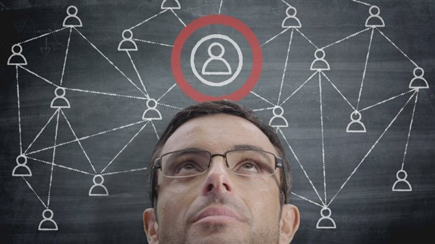 Jeune publicitaire r�fl�chissant aux moyens d'atteindre une vaste client�le | � iStock