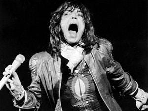Mick Jagger, en 1976, lors d'un concert au parc Knebworth, dans le comté d'Hertshire en Grande-Bretagne.