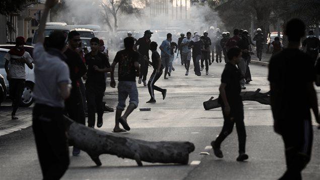 Des manifestants s'affrontent avec les policiers lors des funérailles d'un homme de 43 ans, tué selon l'opposition par des tirs de gaz lacrymogènes à l'intérieur de sa maison.
