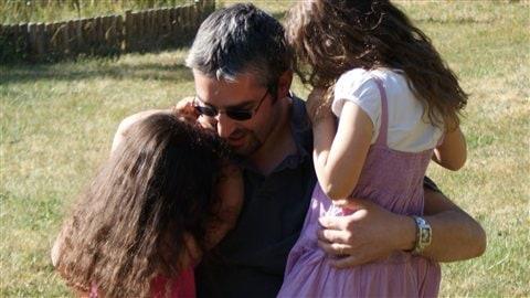 Benjamin Buhot, p�re au foyer, et ses deux filles (France)
