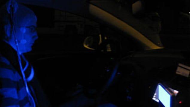 Intérieur du véhicule montrant la position et l'intensité de la source lumineuse.