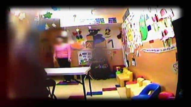 Un centre offrant des visites supervisées filmé par une caméra cachée
