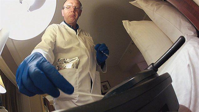 Le microbiologiste Keith Warriner prélève un échantillon sur un téléphone.