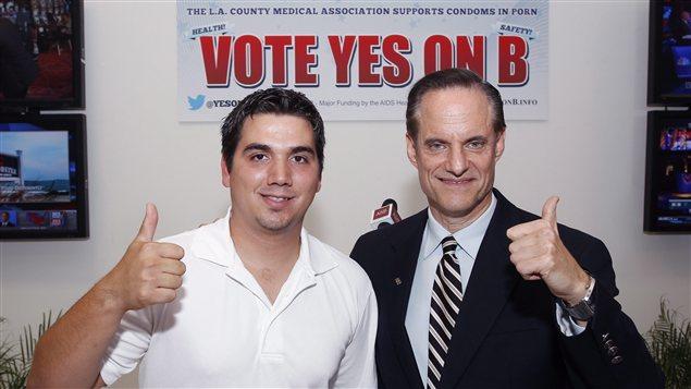 Derrick Burts, ancien acteur porno, et Michael Weinstein, président de la AIDS Healthcare Foundation, saluent le soutien des électeurs pour la «mesure B»
