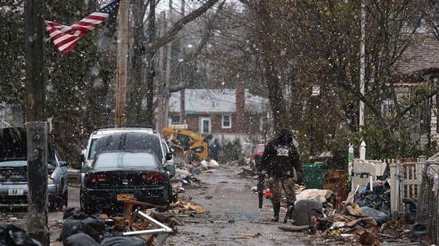 Les New-Yorkais encore éprouvés par le passage de l'ouragan Sandy font face à la première tempête hivernale.