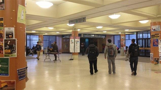 Des étudiants dans un pavillon de l'Université d'Ottawa