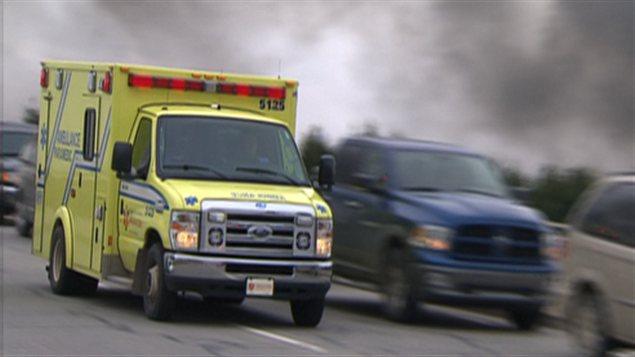 Une ambulance arrive sur les lieux de l'explosion