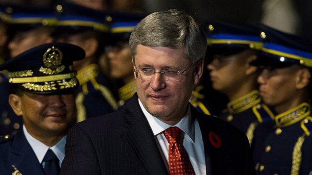 Le premier ministre Stephen Harper arrive aux Philippines.