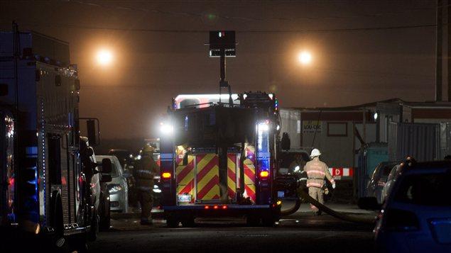 Des pompiers s'affairent à sécuriser le site de l'explosion à l'usine Neptune Technologies.
