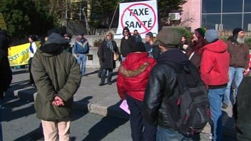 Des manifestants en marge de la conférence nationale des présidentes et présidents du PQ à Sherbrooke.