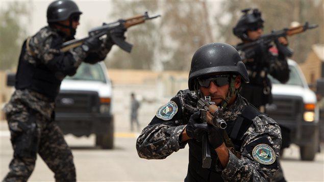 De nouveaux membres de la police irakienne lors d'une démonstration au cours de cérémonies de graduation.