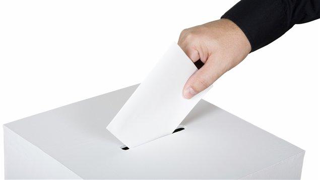 Un électeur place son bulletin de vote dans l'urne