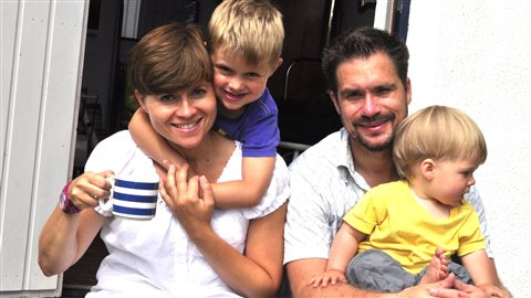 Famille Gu�rin-Halkjaer de Su�de : St�fanie et Erik avec leurs enfants Teo et Robin