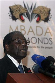 Le président Robert Mugabe livre un discours à l'ouverture de la conférence du gouvernement zimbabwéen sur le commerce des diamants à Victoria Falls.