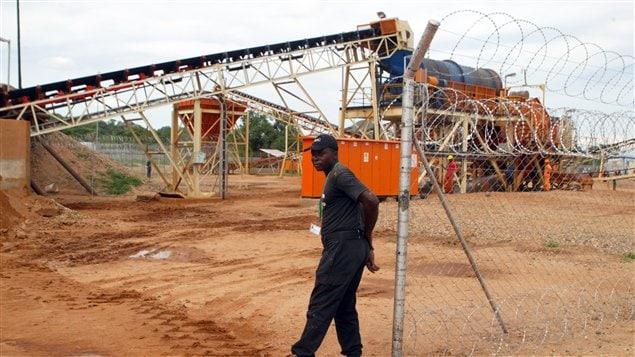 Un garde de sécurité protège un champ de diamants de Marange, dans l'est du Zimbabwe, en décembre 2011.