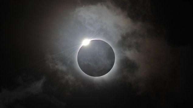 Éclipse solaire totale en Australie le 14 novembre 2012. vvvv