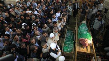 Des Palestiniens prient près du corps du chef militaire du Hamas, Ahmad Jaabari.