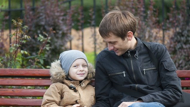 Un enfant avec son père