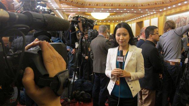 Une journaliste de l'agence de presse Xinhua, lors de l'annonce officielle de la nomination de Xi Jinping