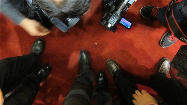 Des journalistes se bousculent pour photographier le «numéro 1» posé sur le tapis rouge de l'estrade, indiquant où se tenait Xi Jinping.