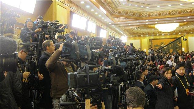 Une forêt de trépieds à la conférence de presse pour annoncer la nomination de Xi Jinping à la tête du PCC