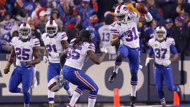 Les joueurs des Bills clbrent l&#39;interception ralise par Jairus Byrd (no 31).