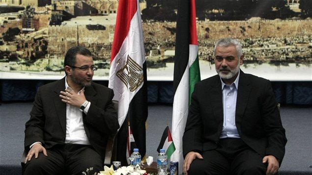 Le premier ministre égyptien, Hisham Qandil et le chef du gouvernement du Hamas, Ismaïl Haniyeh