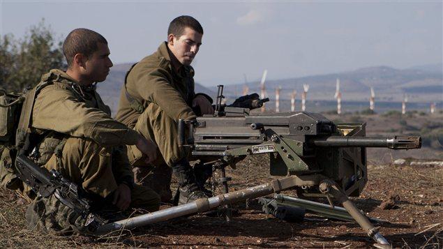 Des soldats israéliens tiennent une position le long de la forntière avec la bande de Gaza.