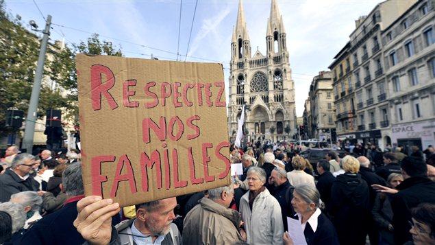 À Marseille, des manifestants contre un projet de loi permettant le mariage et l'adoption pour les gais.