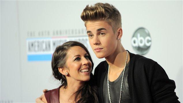 Justin Bieber et sa mère Pattie Mallette à leur arrivée à la 40e cérémonie des American Music Awards à Los Angeles le 18 novembre 2012.