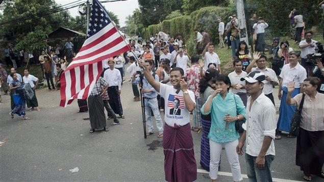 Barack Obama a été accueilli par des milliers de personnes agitant des drapeaux américains à son arrivée au Myanmar.