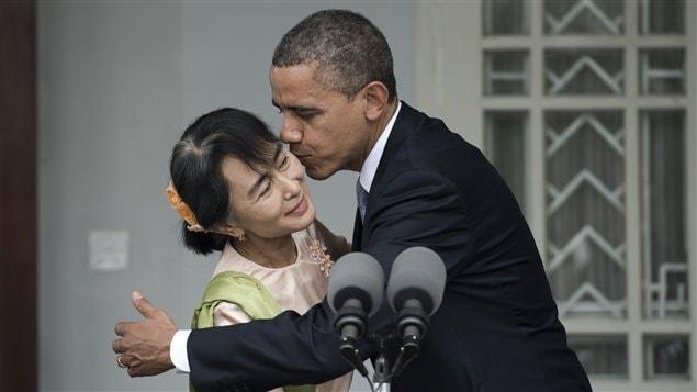 Le président américain Barack Obama embrasse la chef de file de l'opposition birmane après une conférence de presse à la résidence de Aung San Suu Kyi, le 19 novembre 2012, au Myanmar.
