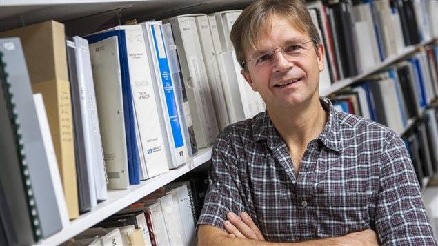 Le technicien en génie biomédical Luc Lemire, devant la grande bibliothèque contenant tous les manuels d'instructions des appareils médicaux utilisés au CHUS.