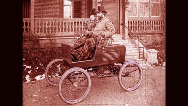 <b>Ucal-Henri Dandurand au � volant � de sa voiture, en compagnie de son �pouse.</b> | Photo du Fonds Dandurand, Centre d'histoire de Montr�al.