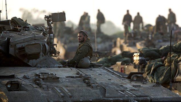 Des soldats israéliens dans leurs tanks, près de la frontière avec la bande de Gaza.