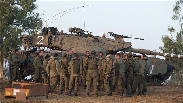 Malgré la suspension provisoire de tout projet d'offensive terrestre, des soldats israéliens se tiennent prêts à la frontière avec la bande de Gaza.