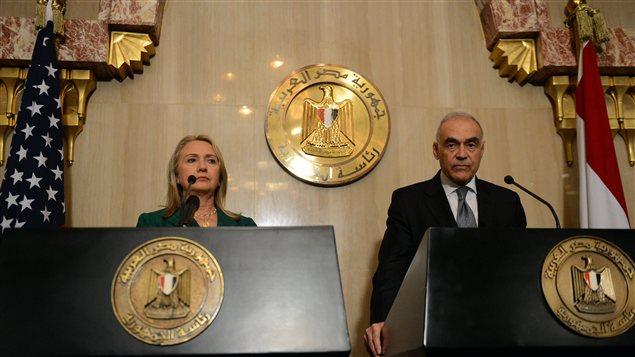 La secrétaire d'État américaine Hillary Clinton (à gauche) et le ministre égyptien des Affaires étrangères Mohammed Kamel Amr (à droite)