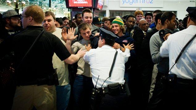 Un foule se presse pour profiter des aubaines du Black Friday au Mall of America, le 25 novembre 2011.