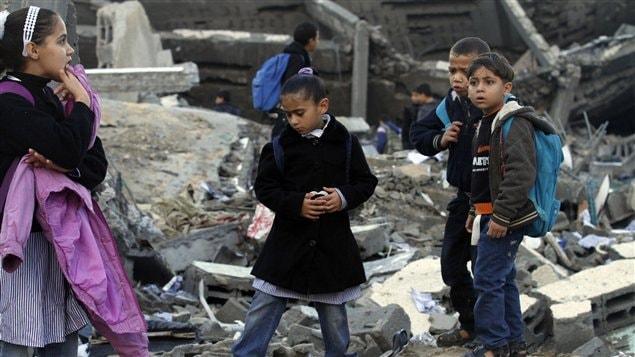 Les enfants reprennent le chemin des classes dans la bande de Gaza, à travers les décombres