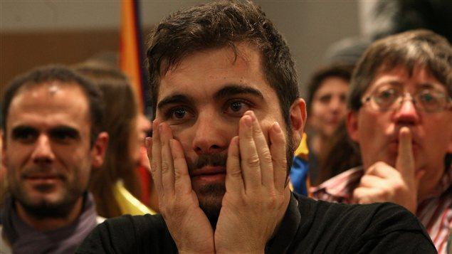 Un partisan de l'ERC ému devant les résultats de l'élection.