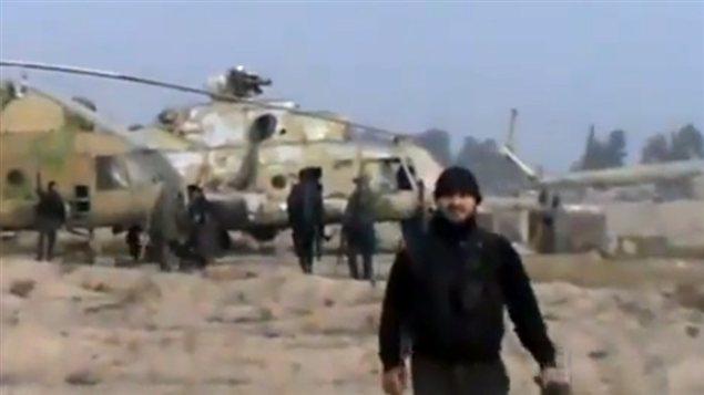 On voit sur cette image tirée d'une vidéo un combattant sur la base militaire Marj al-Sultan.